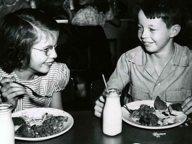 girl boy eating lunch_001